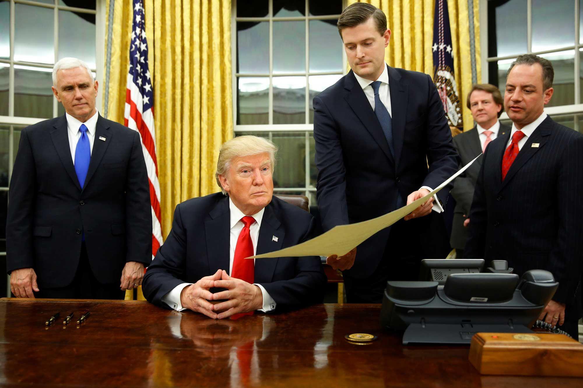 Donald trump déjà chez lui dans le bureau ovale
