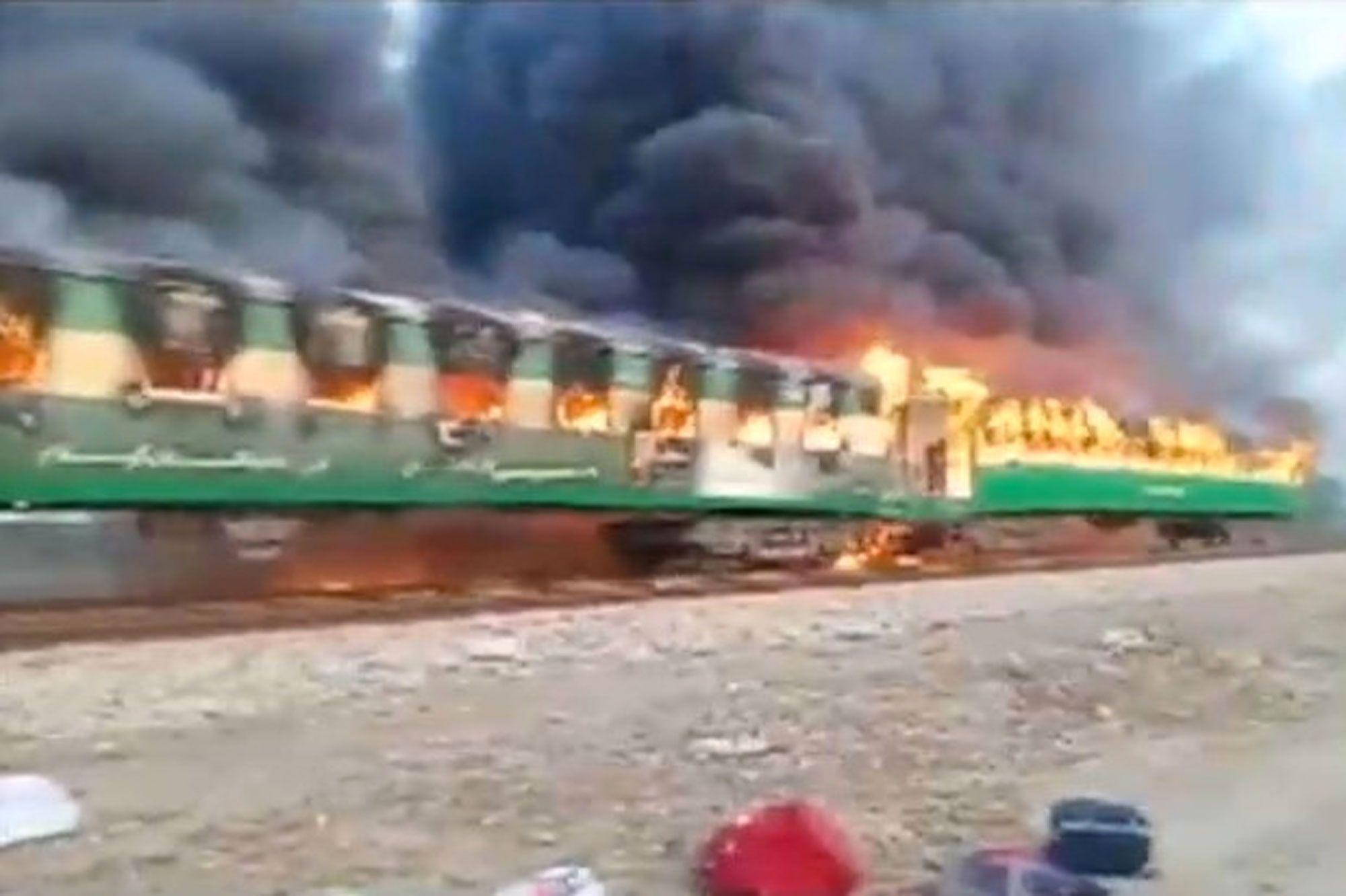 Pakistan: au moins 65 morts dans l'incendie d'un train de passagers