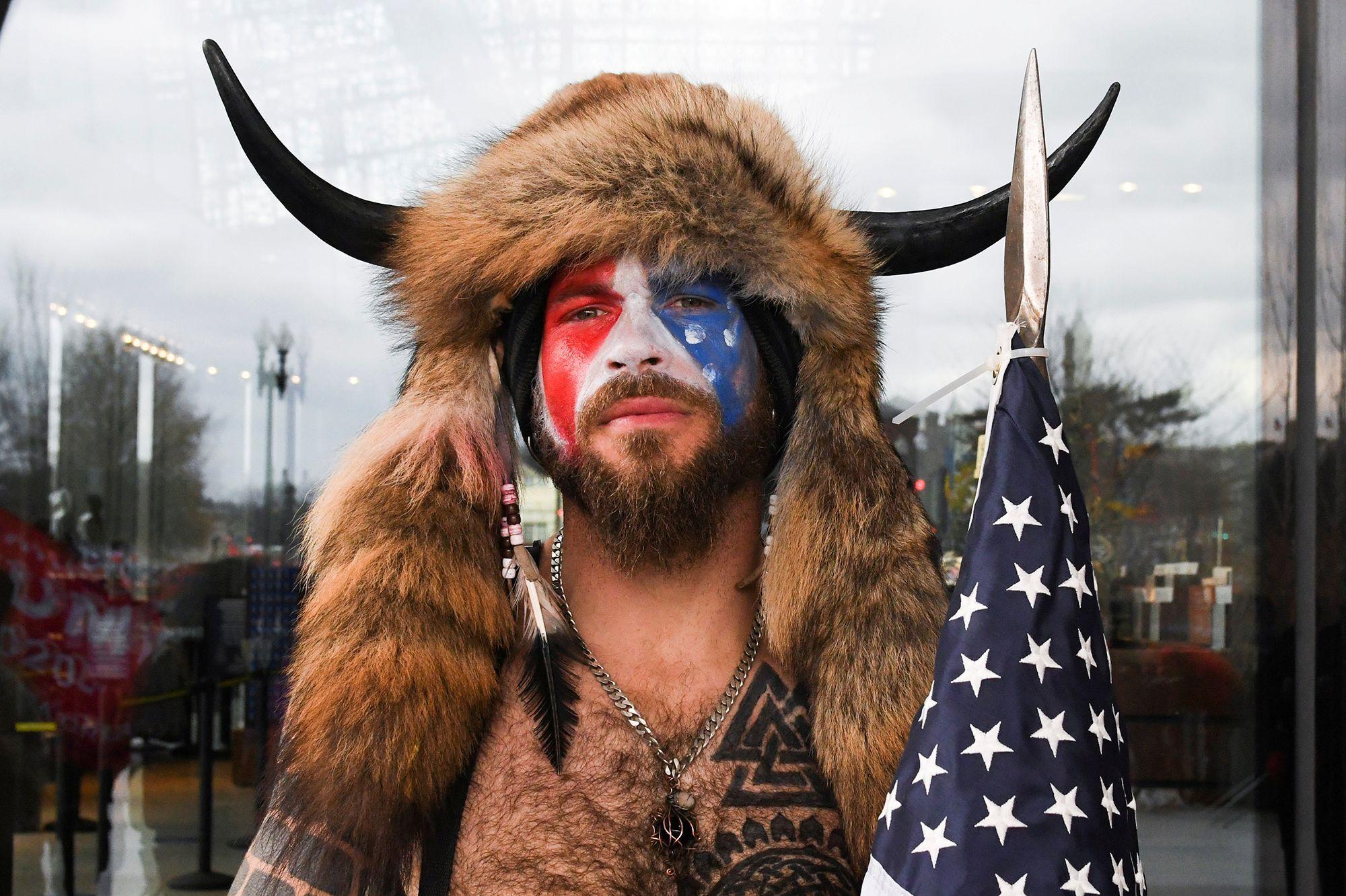 Présidentielles Américaines - Page 11 Qui-est-Jake-Angeli-l-homme-en-tenue-viking-photographie-au-Capitole