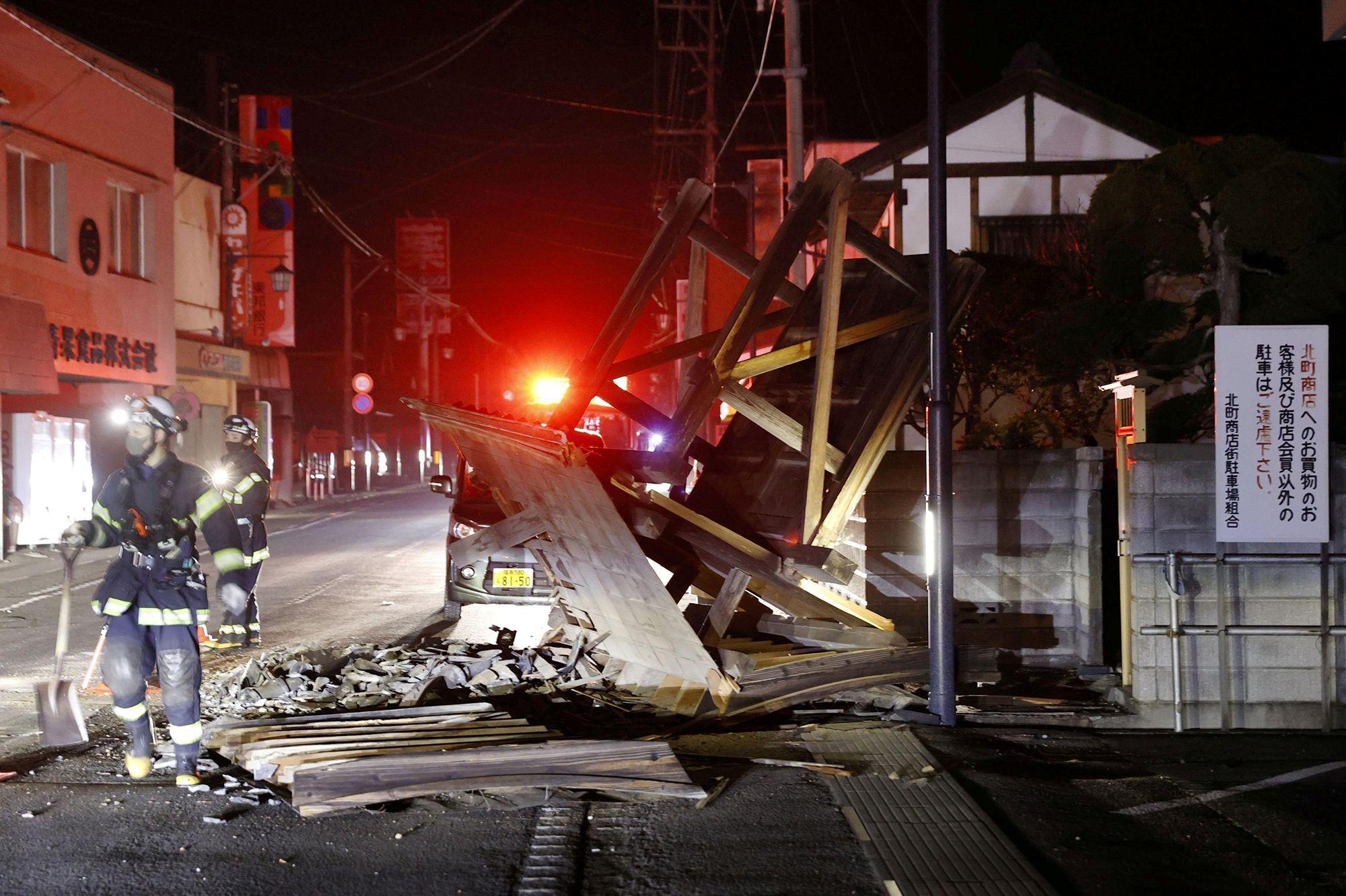 """Résultat de recherche d'images pour """"Japon: plus d'une centaine de blessés dans un puissant séisme au large de Fukushima"""""""