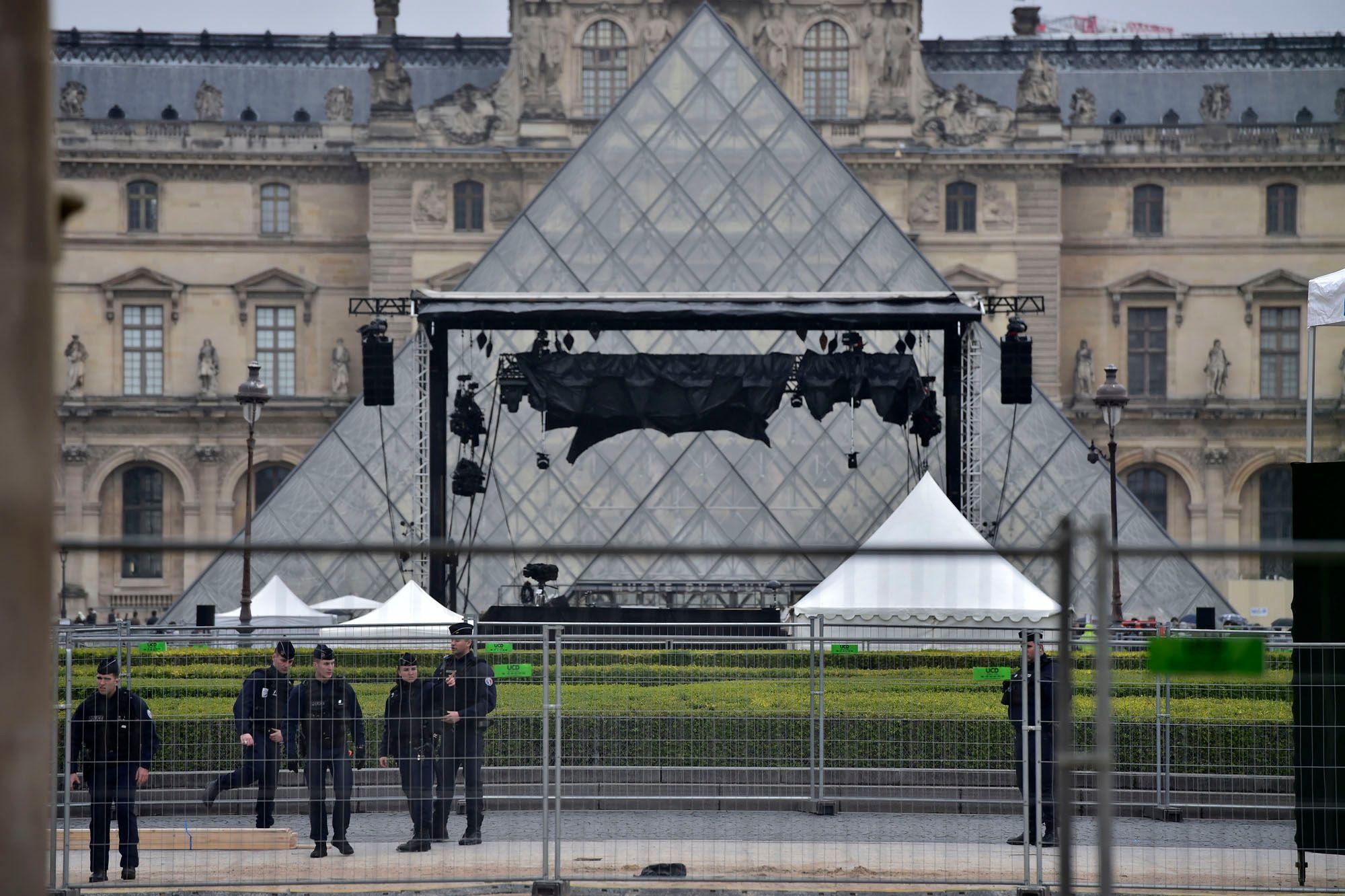 L'esplanade du Louvre brièvement évacuée suite à un colis suspect