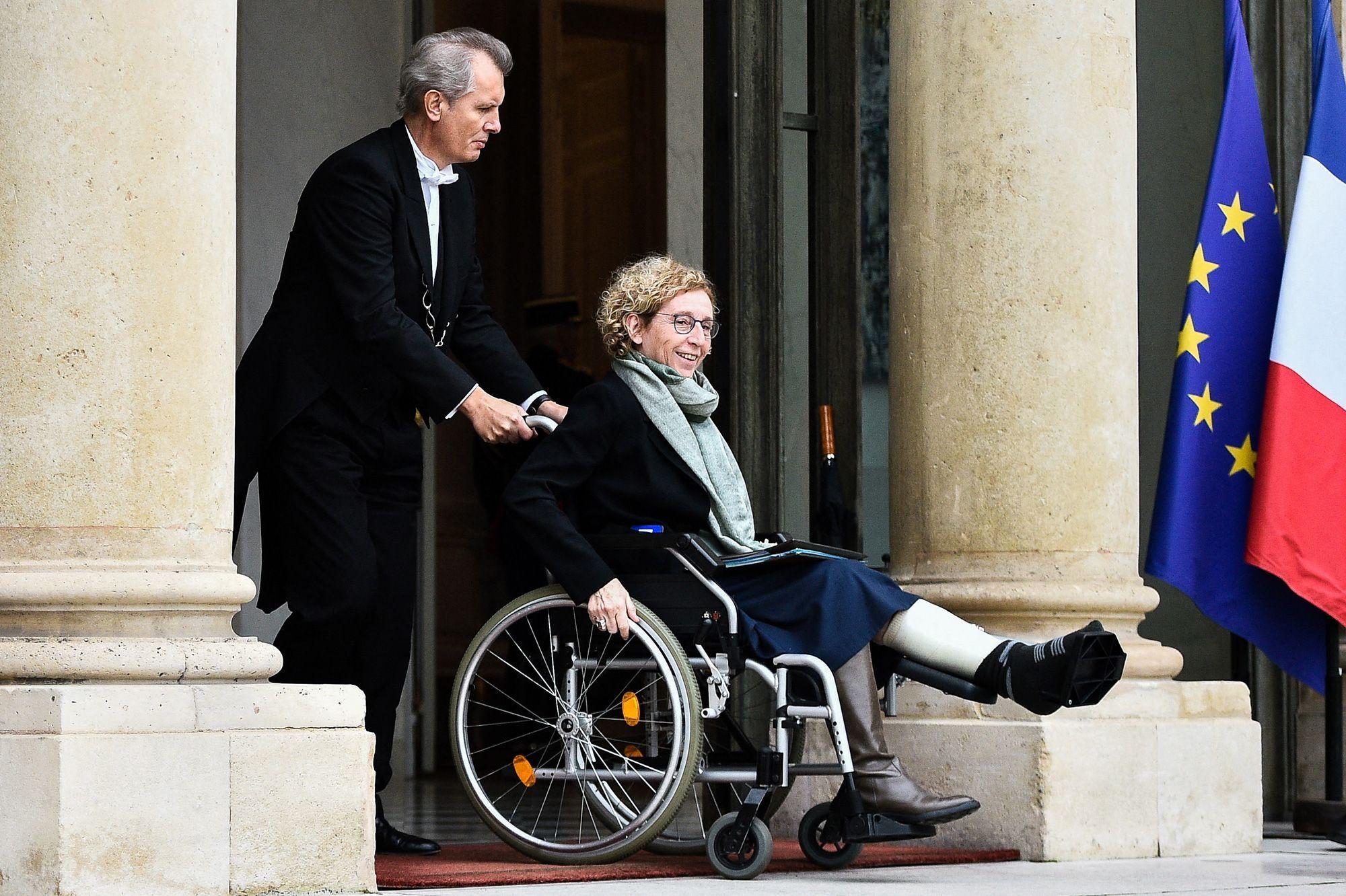 Muriel Pénicaud en fauteuil après une chute dans les escaliers de Matignon