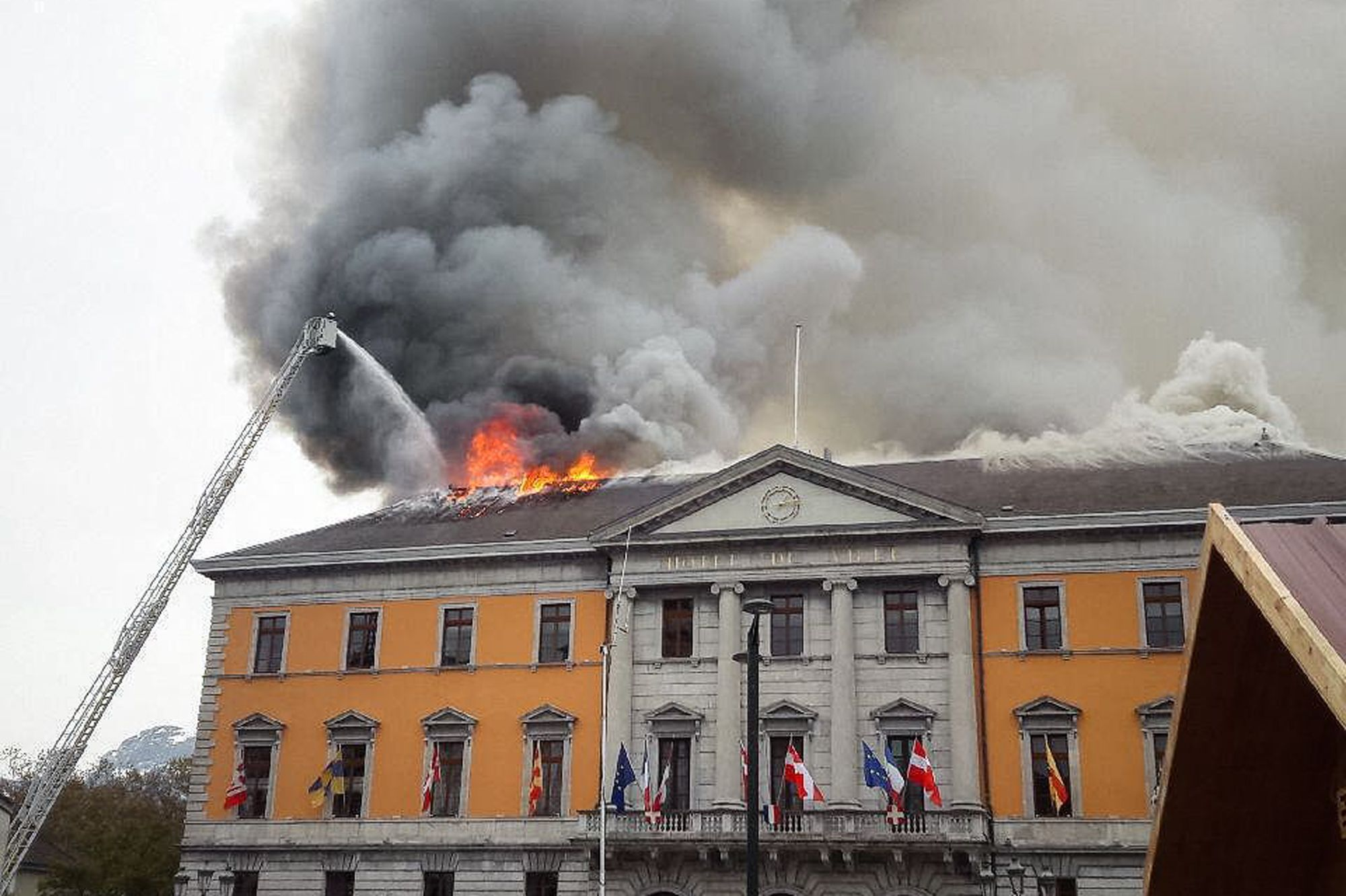 Annecy : l'incendie de la mairie est maîtrisé