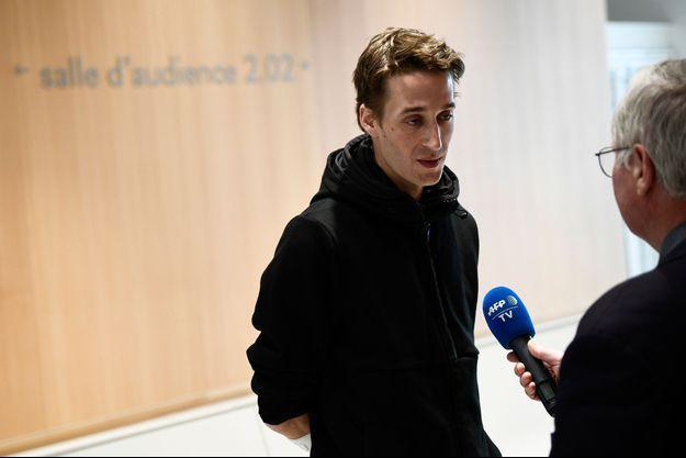 Doigt d'honneur à des policiers: le journaliste Gaspard Glanz condamné à une amende