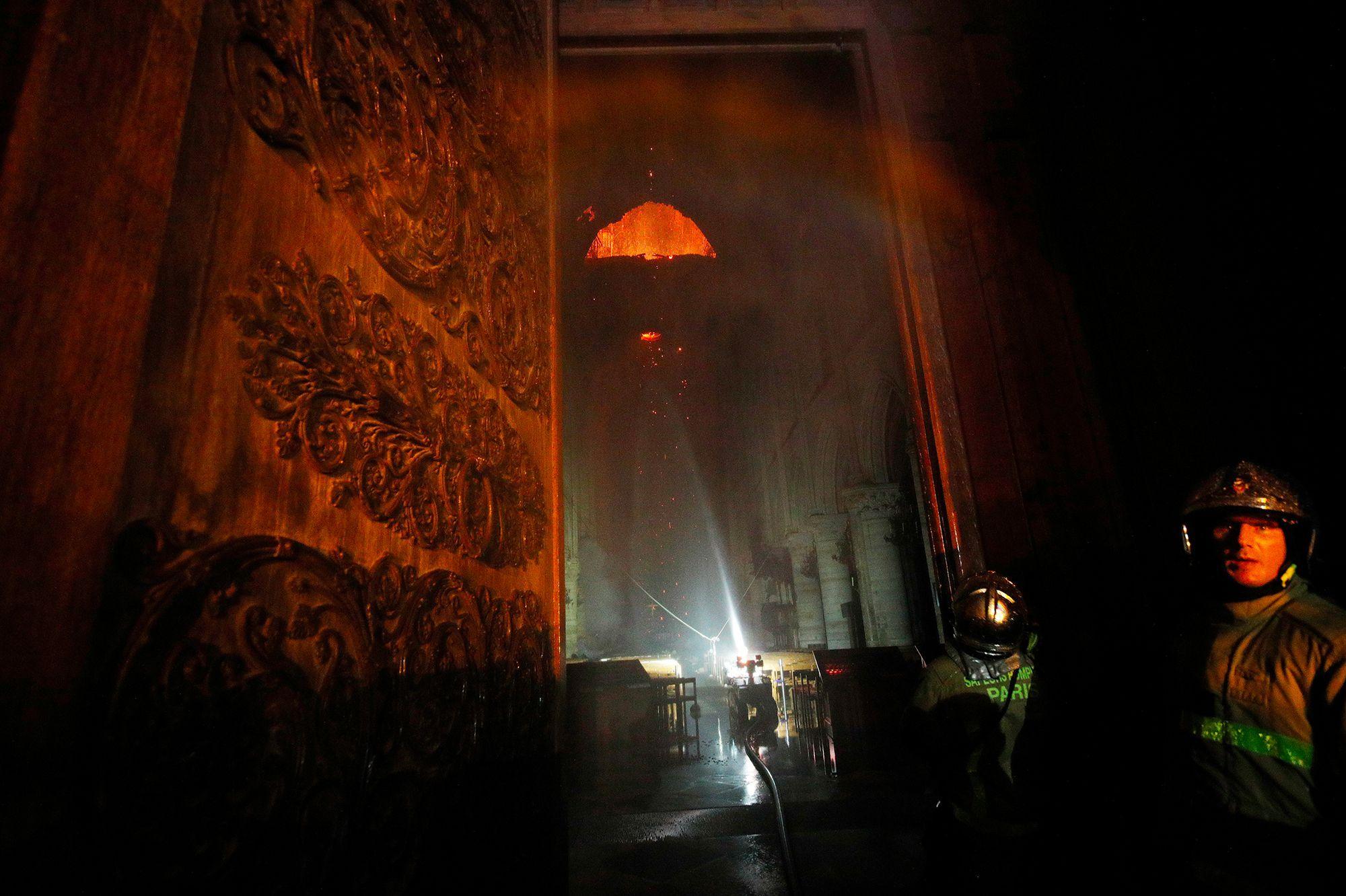 Les pompiers, héros de Notre-Dame