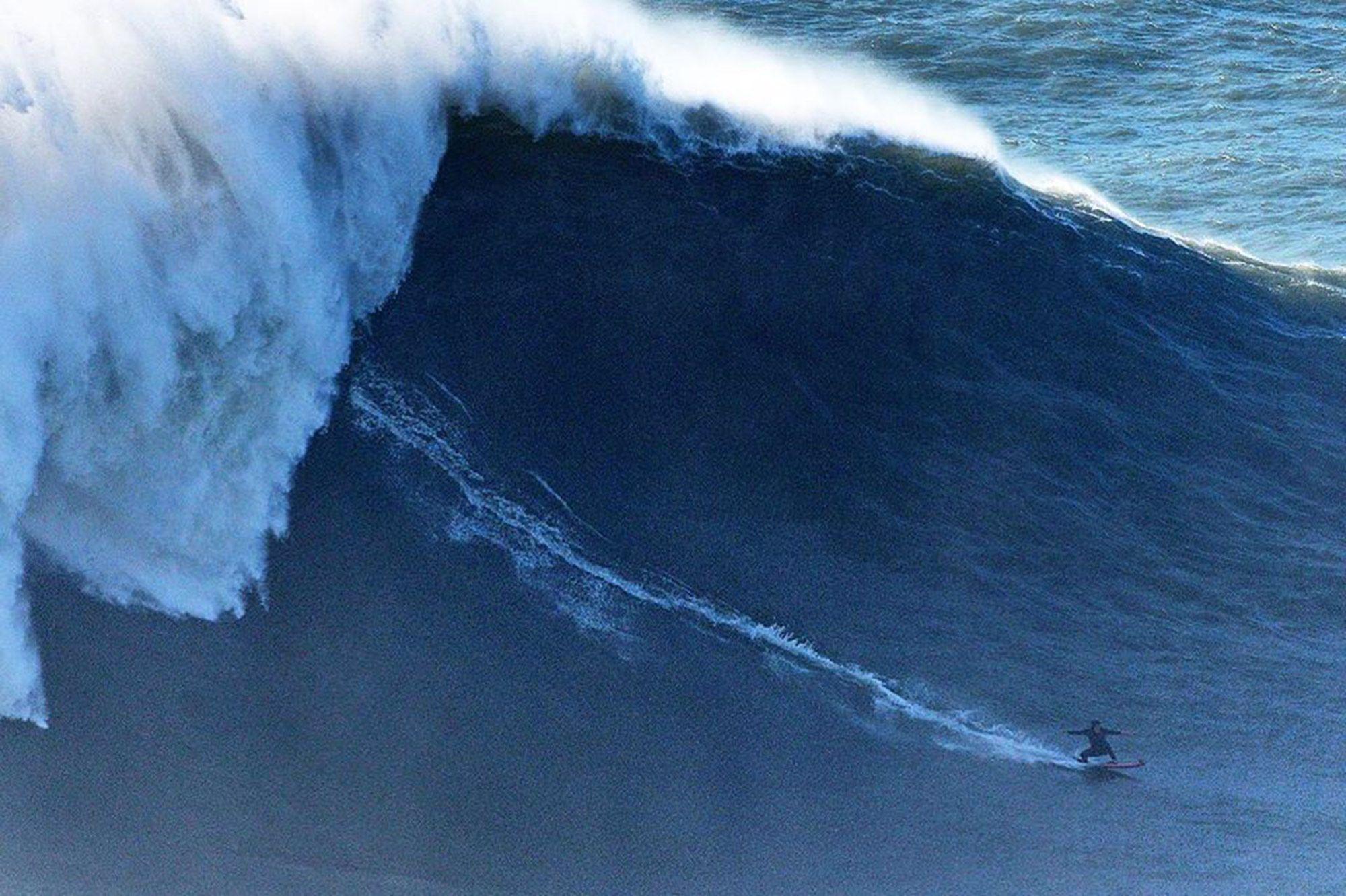 Un an après sa blessure, Justine Dupont surfe la plus grosse vague de sa vie à Nazaré