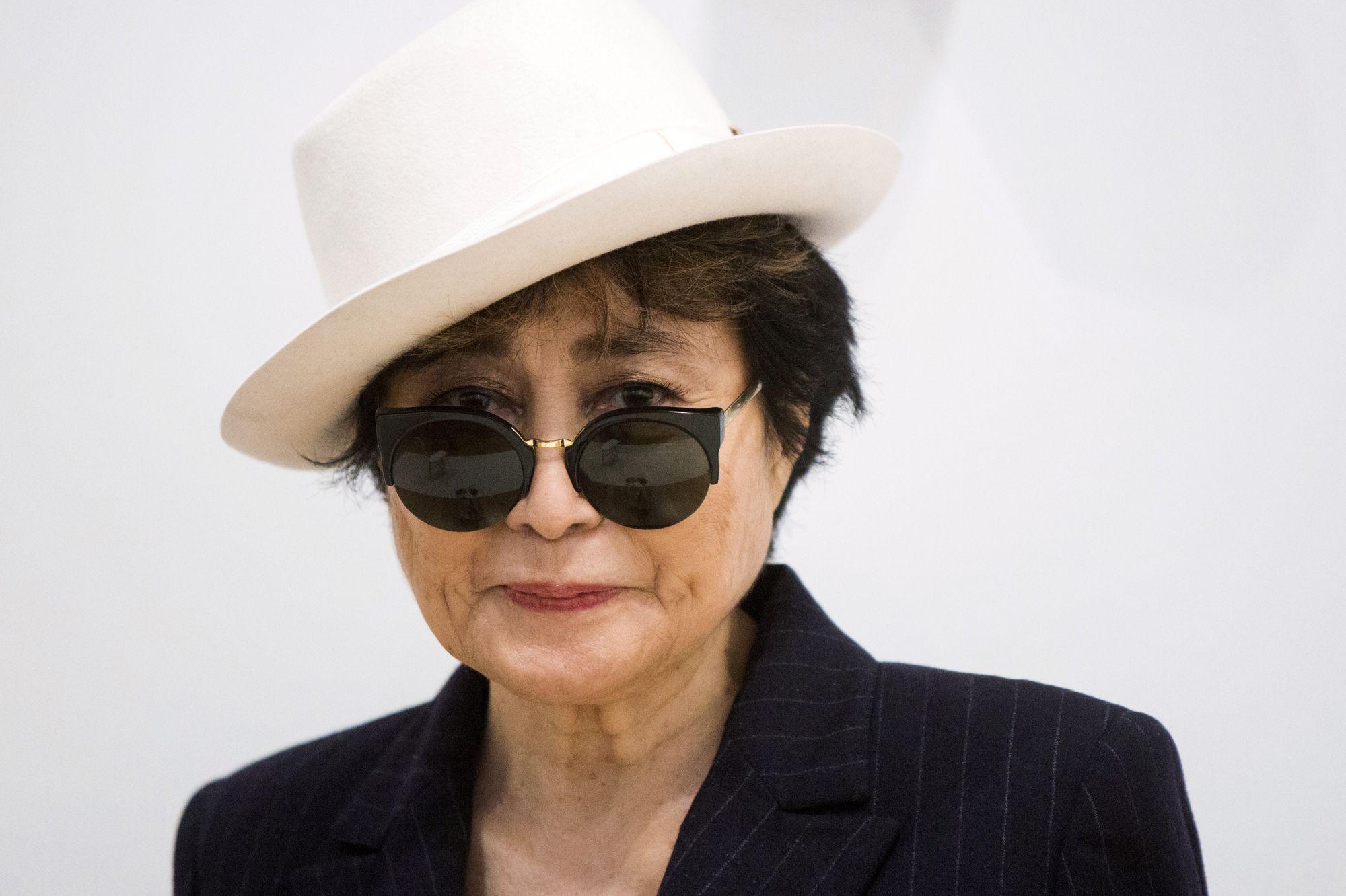 Il Etait Presque De La Famille Yoko Ono Publie Une Photo Trafiquee De David Bowie