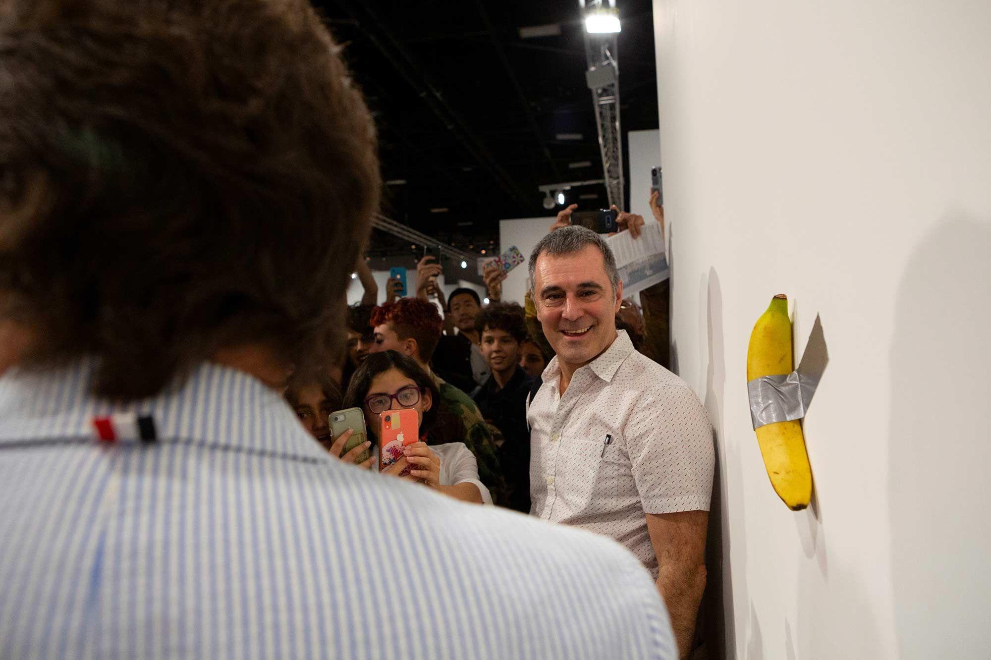 Un artiste vend une banane 120 000 dollars... un autre la mange