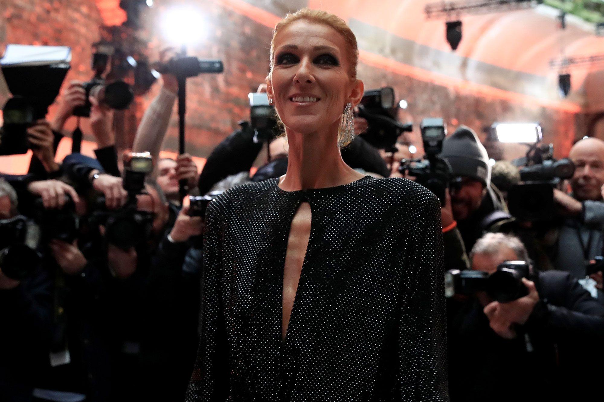 sports shoes autumn shoes on feet at Céline Dion quitte la France dans un total look noir