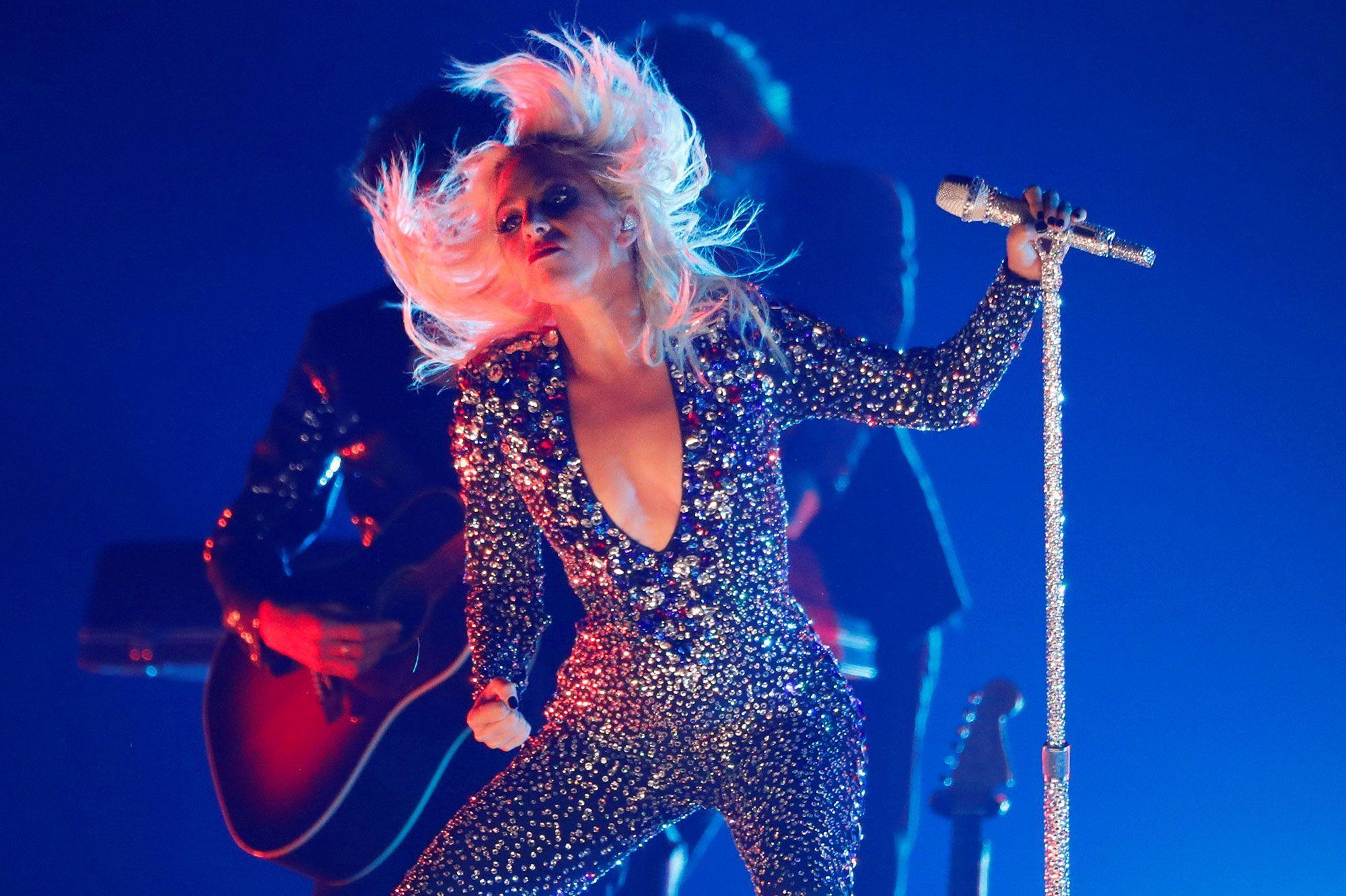 Lady Gaga chute en plein concert pendant une danse endiablée avec un fan