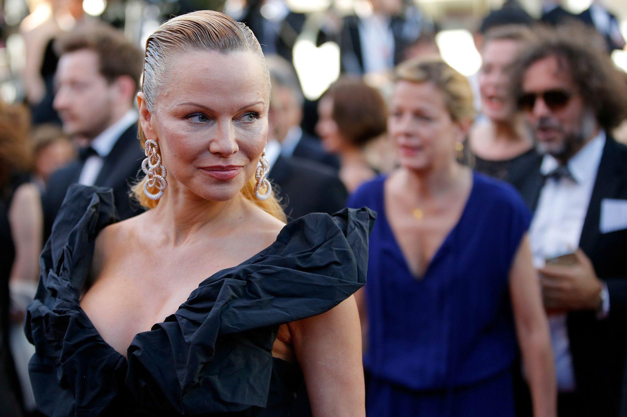 Pamela Anderson diffuse une première photo de femme mariée avec Jon Peters