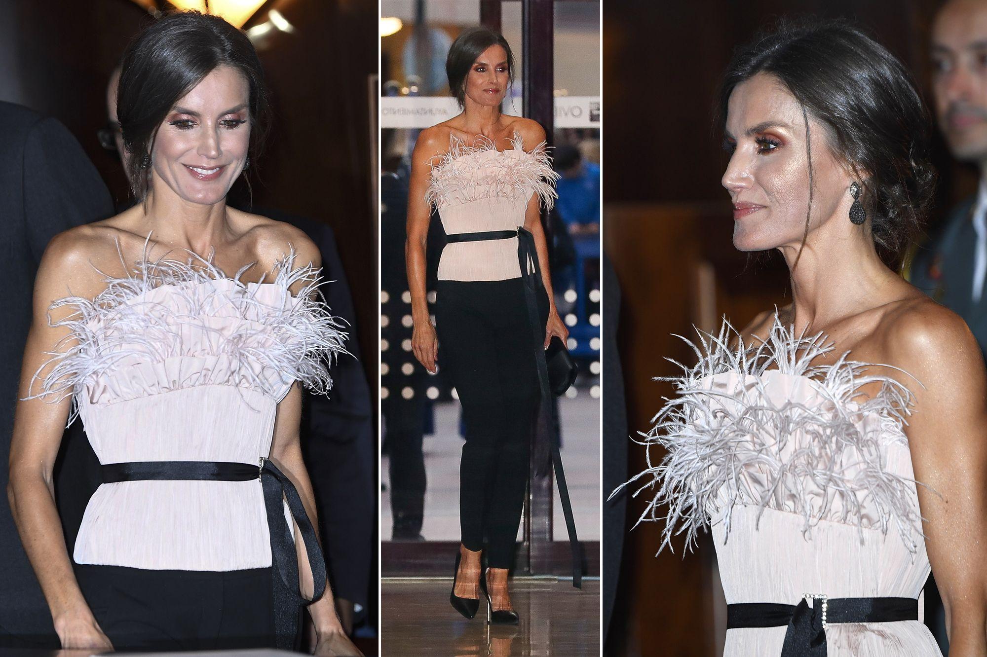 <p>Royal Style</p>Letizia, époustouflante dans son bustier à plumes chez elle dans les Asturies
