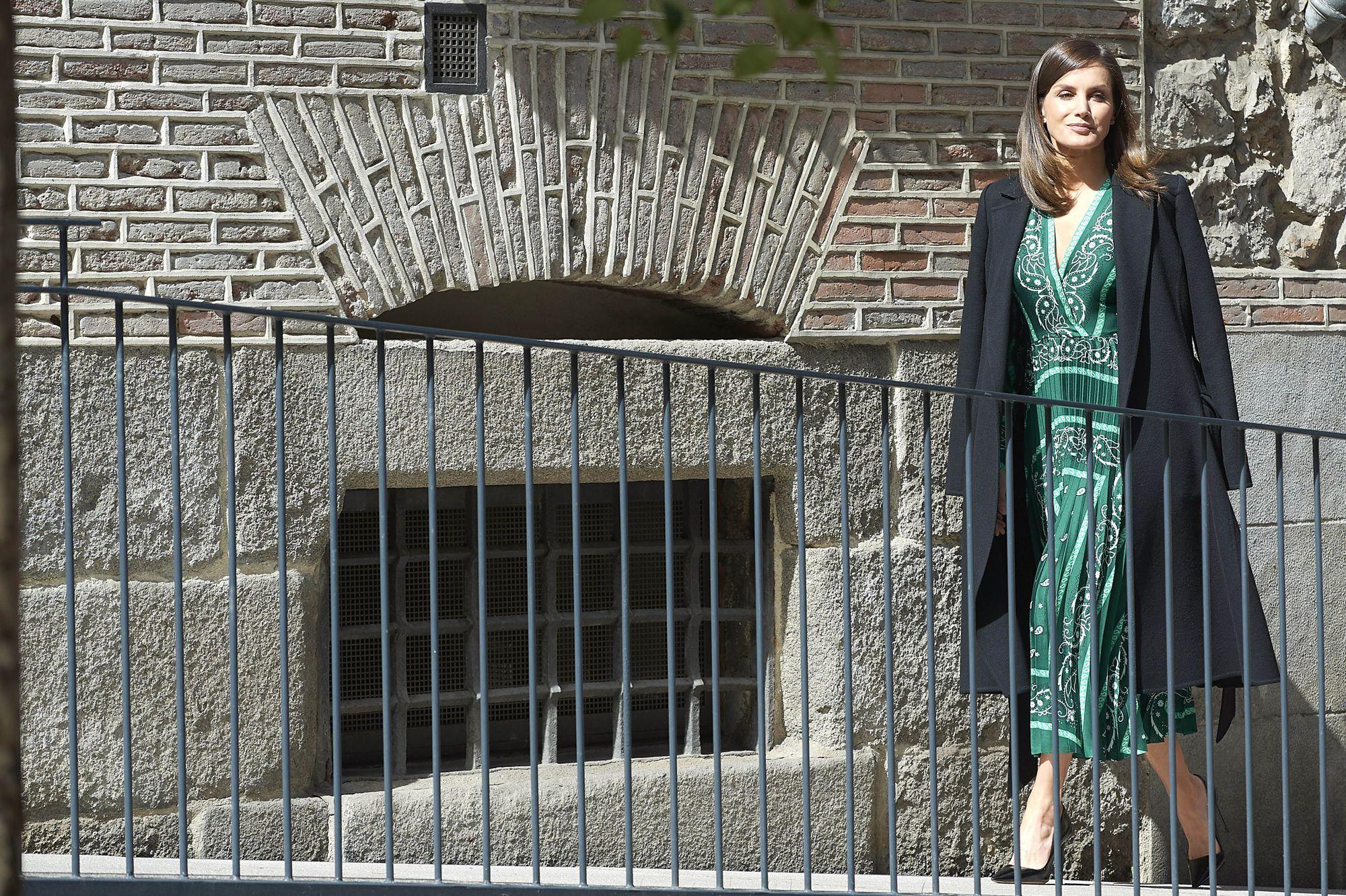 moitié prix acheter pas cher comment choisir La reine Letizia d'Espagne ressort sa robe foulard Sandro ...