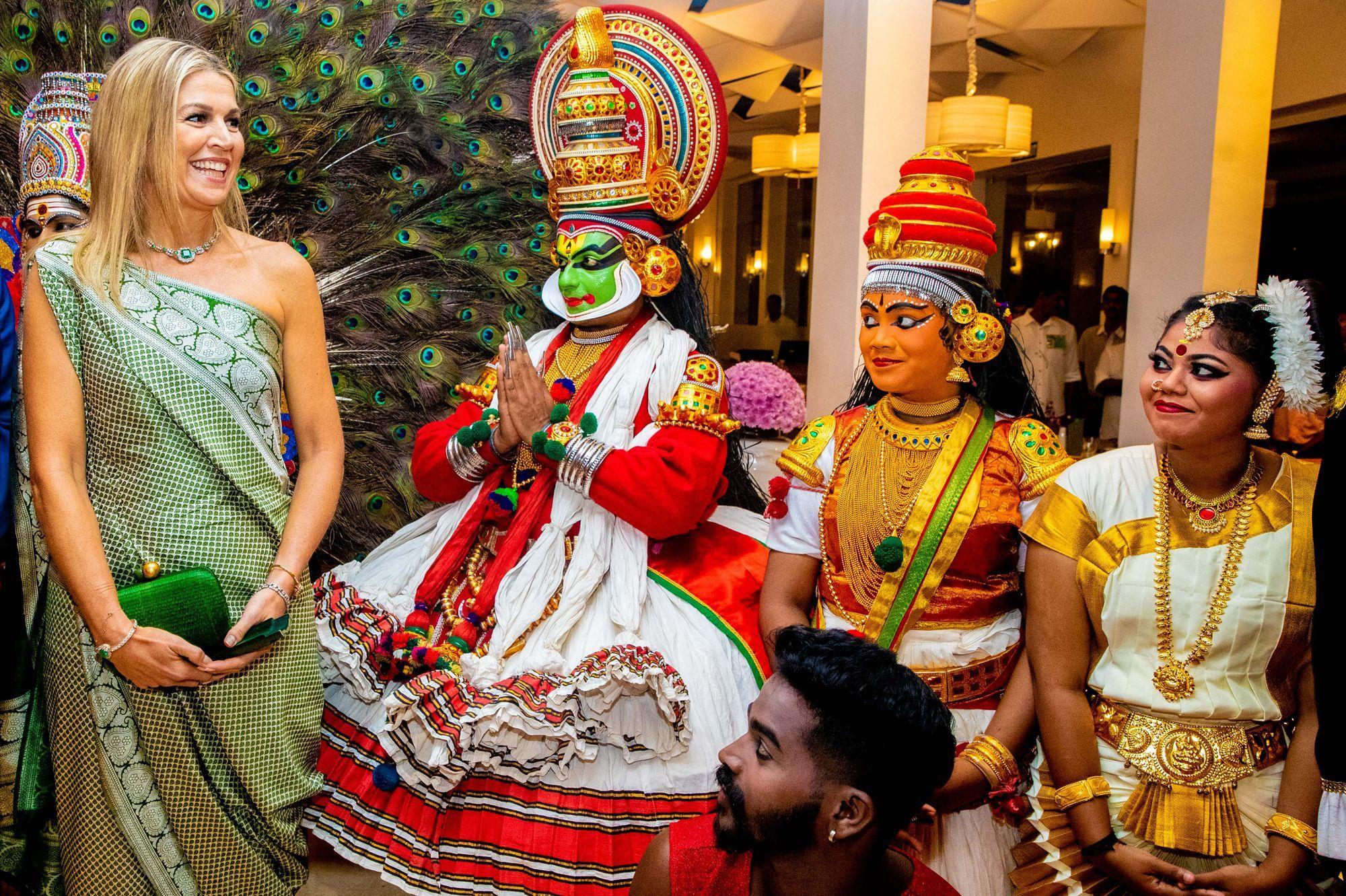 Maxima adopte avec élégance le sari dans l'Etat indien du Kerala