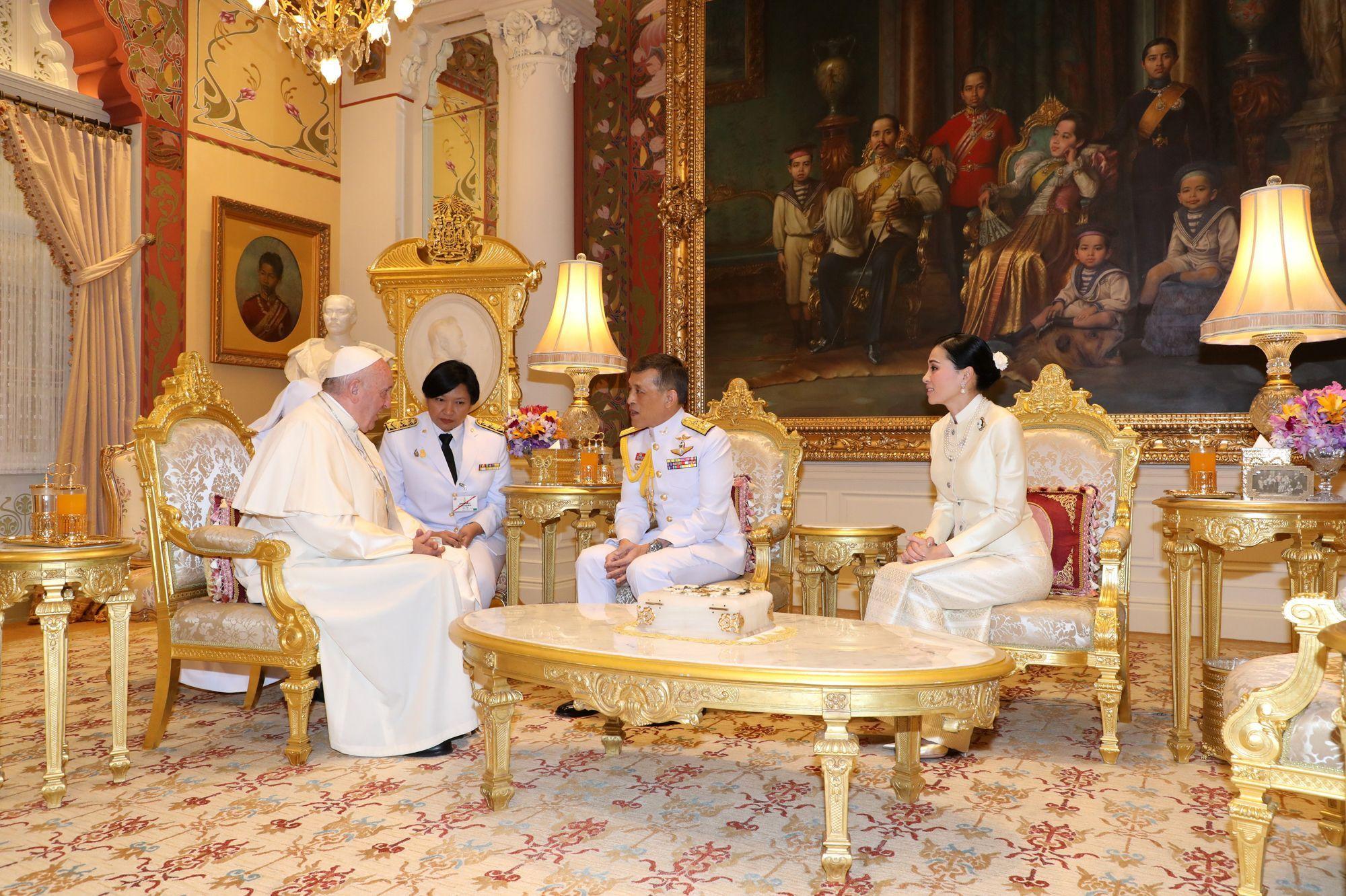 La reine Suthida aux côtés de son roi pour recevoir le pape François