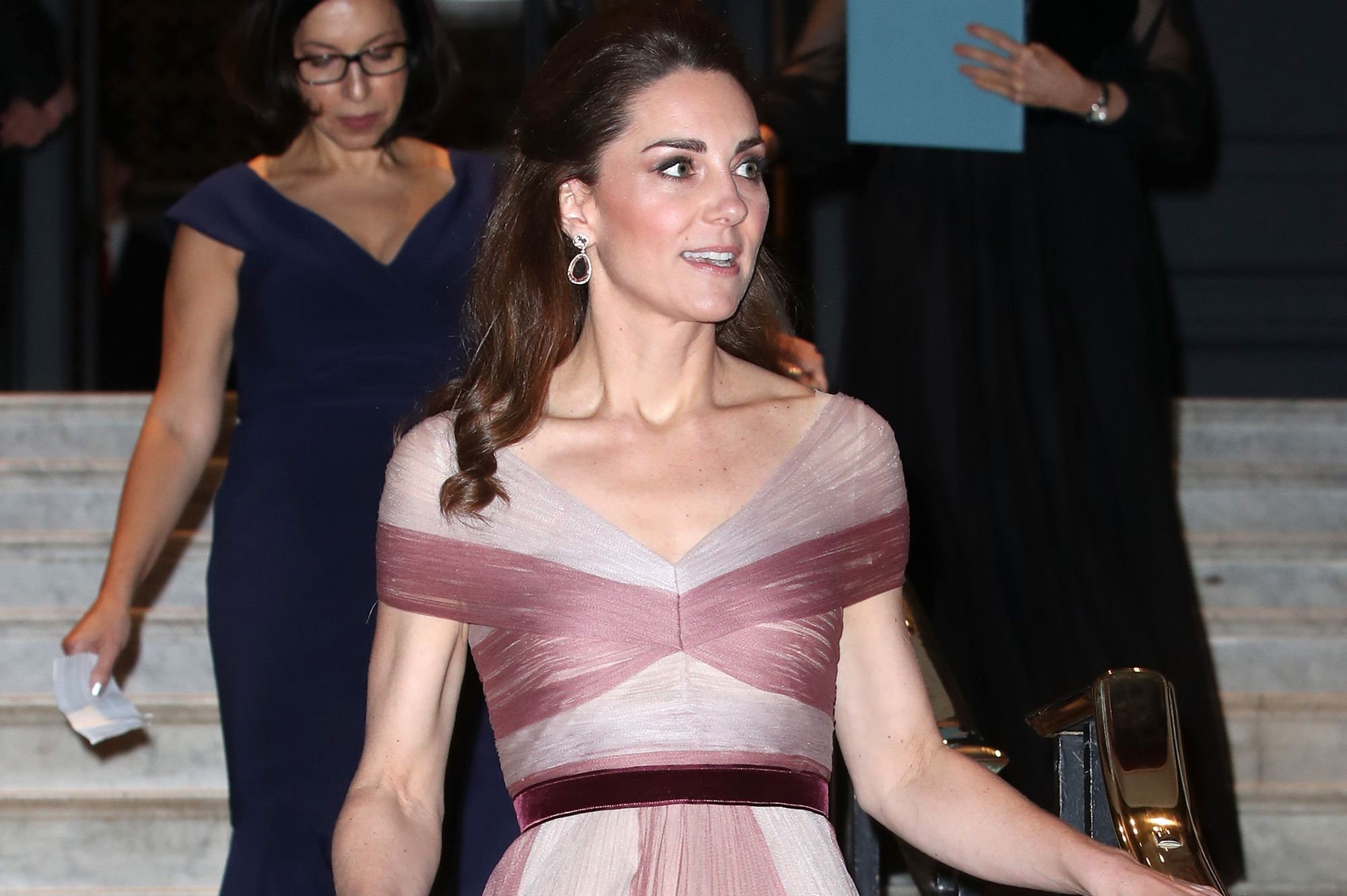 6f349a2caca2c Kate Middleton, sublime en longue robe rose poudré pour un dîner de gala
