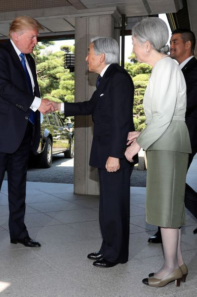 CASA IMPERIAL DE JAPÓN - Página 6 Michiko-Et-Akihito-Du-Japon-Avec-Melania-Et-Donald-Trump-A-Tokyo-Le-6-Novembre-2017-8