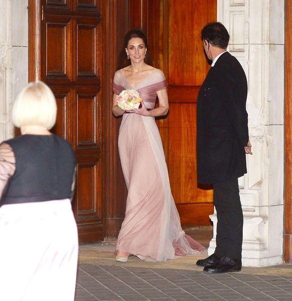 Dîner Poudré Un Kate De Longue Rose Pour En MiddletonSublime Gala Robe MSzVpU