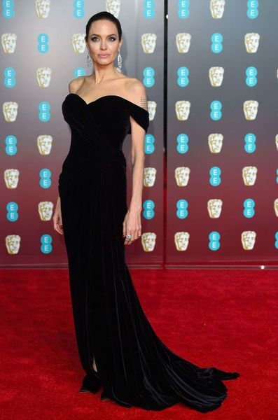 People Style : la robe noire selon Angelina Jolie