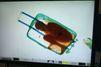 Un petit garçon ivoirien caché dans une valise