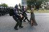 A Baton Rouge, une femme seule face aux policiers devient un symbole