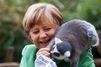 Un lémurien sur l'épaule de la chancelière