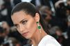 Adriana Lima embrase le tapis rouge de Cannes