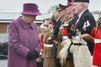 Elizabeth II fait une remise de … poireaux à Tidworth