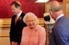 En rose bonbon, Elizabeth retrouve Charles