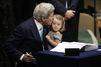 John Kerry signe l'accord de Paris avec sa petite-fille