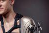 Ce bras artificiel fait voler un drone et recharge un iPhone