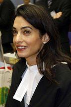 Un journaliste se ridiculise face à Amal Clooney