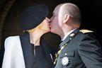 Un baiser de fête pour le prince Albert et Charlène