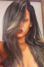 Rihanna a les cheveux... gris!