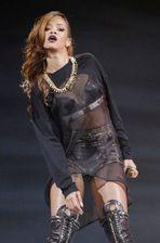 Rihanna frappe un fan