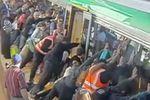 Ils soulèvent le métro pour sauver un homme