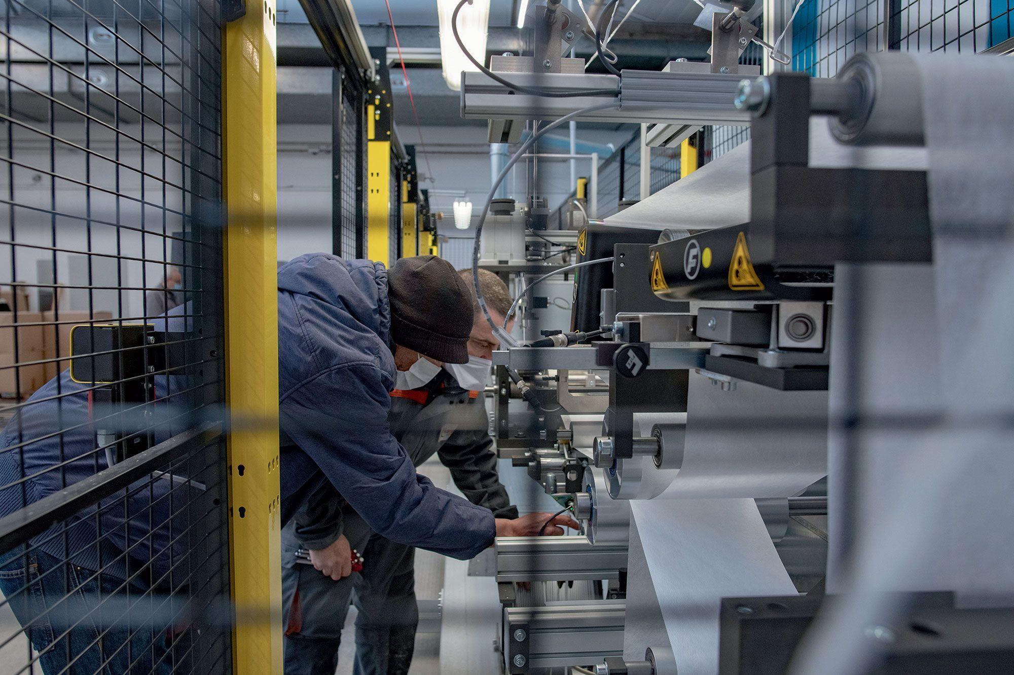 Machine fabriquant des masques FFP2 à la Coop des Masques