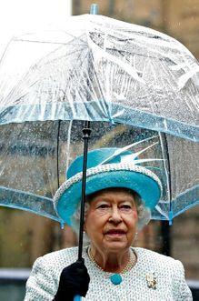 Elizabeth assortie à son parapluie