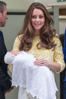 Kate superbe pour la première apparition de Charlotte