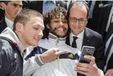 Un homme fait un doigt d'honneur à Hollande