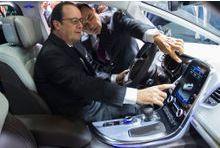 """Hollande, """"fier de l'industrie automobile française"""""""