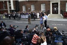 Jadis intrusive, la presse britannique tenue à distance royale
