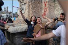 En direct de la place Taksim, les yeux rougis et le poing levé