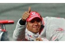 Lewis Hamilton arrêté au volant de sa Mercedes