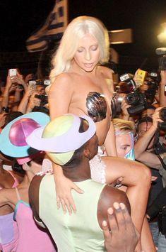 Lady Gaga presque nue à Athènes