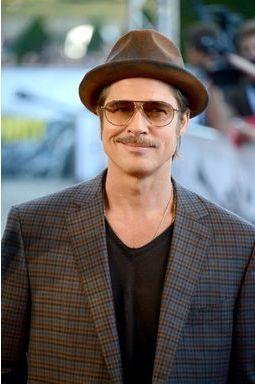 Brad Pitt et sa moustache séduisent Paris