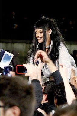 Rihanna s'offre un bain de foule au pied de la Tour Eiffel