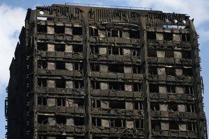 La tour a pris feu entre la nuit de mardi et mercredi, à Londres.