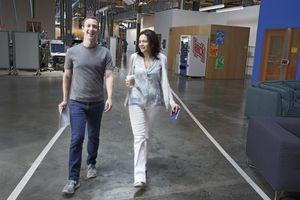 «C'est grâce à Mark Zuckerberg que je suis debout», dit  Sheryl Sandberg, ici avec le patron du groupe numérique en juillet 2016, quatorze mois après la disparition de Dave.