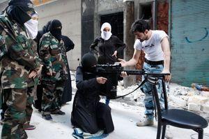 Une femme s'entraîne au tir avec des rebelles du quartier Salaheddine, à Alep.